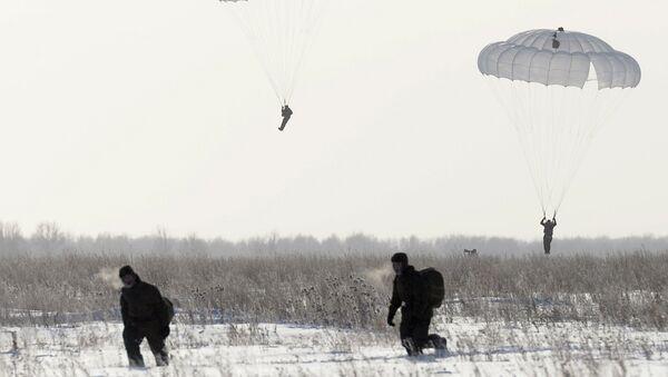 Военнослужащие совершают прыжки с парашютом. Архивное фото
