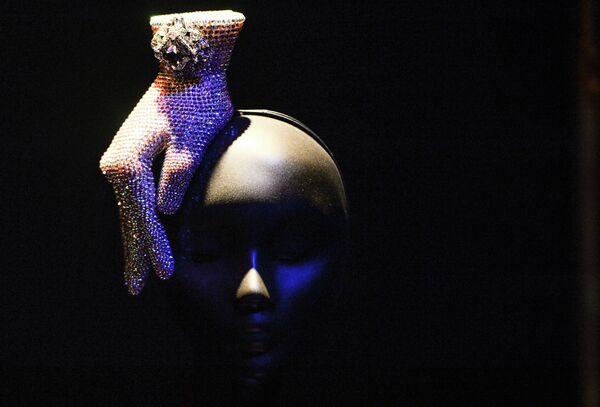 Экспонат на выставке работ ирландского дизайнера головных уборов Филипа Трейси Шляпы в ХХI веке