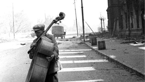 Контрабасист на одной из улиц Сталинграда в августе 1942