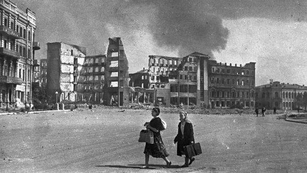 Две женщины на улице Сталинграда во время бомбежки