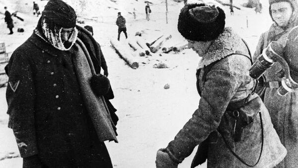 Пленный немецкий солдат в эрзац-валенках. Сталинградская битва