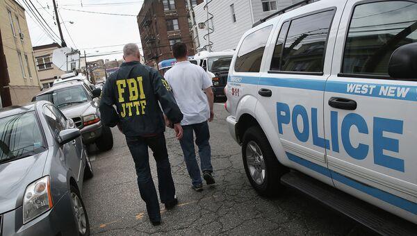 Агент ФБР на улице в Нью-Йорке. Архивное фото