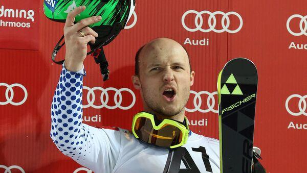 Александр Хорошилов празднует победу на этапе Кубка мира по горнолыжному спорту в австрийском Шладминге