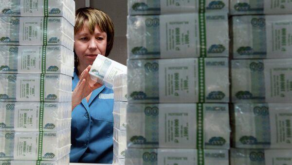 Сотрудница пермской фабрики ФГУП Гознак проверяет качество упаковки купюр. Архивное фото