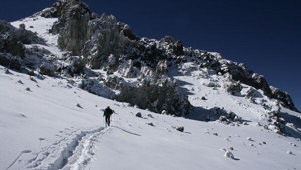 Альпинист поднимающийся на гору Аконкагуа в Аргентине. Архивное фото
