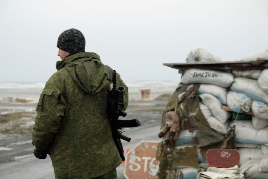 Ополченец на блок-посту в поселке Енакиево в Донецкой области. Архивное фото
