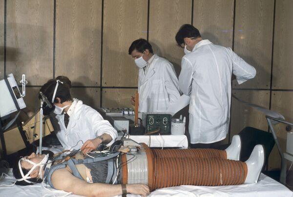 Герой Советского Союза Юрий Романенко во время ортостатического исследования после полета