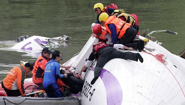 Спасательная операция на месте крушения самолета TransAsia Airways в Тайбэе, 4 февраля 2015