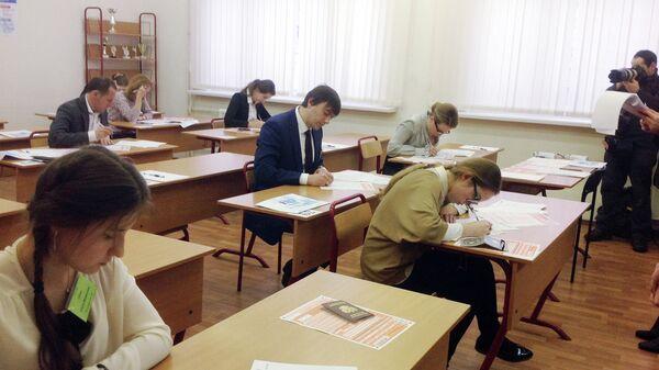 Глава Рособрнадзора Сергей Кравцов сдает ЕГЭ по литературе. Архивное фото