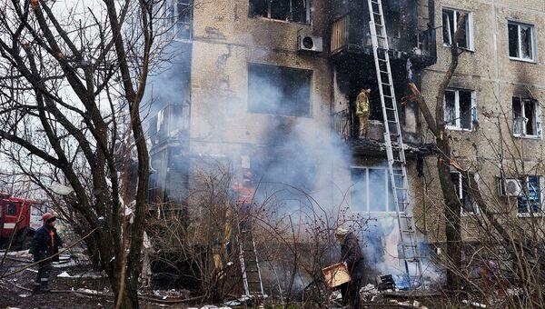 Дом, поврежденный в результате обстрела химического завода и жилого квартала в Донецке