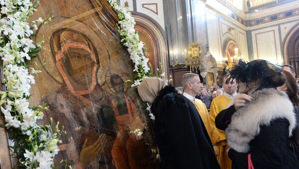 Прихожане у Смоленской иконы Божией Матери Одигитрии.