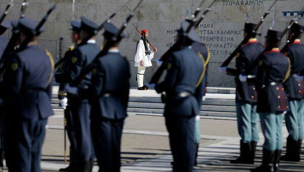 Караул президентской гвардии у могилы неизвестного солдата в Афинах, Греция. Архивное фото