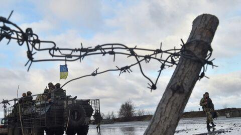 Украинские военнослужащие возле штаба операции в городе Краматорск