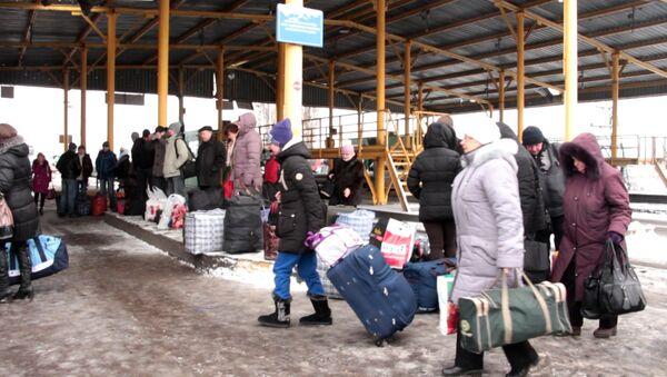 Украинцы с огромными сумками стояли в очереди на границе РФ
