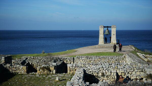 Вид на Черное море и Туманный колокол на территории национального заповедника Херсонес Таврический в Севастополе