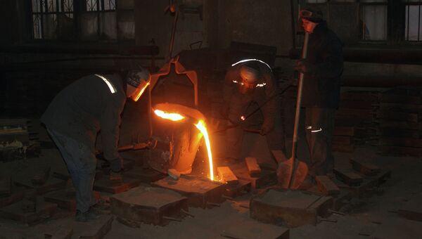Рабочие во время плавки и разливки стали в формы на литейном участке на Красногвардейском ремонтно-механическом заводе в Макеевке