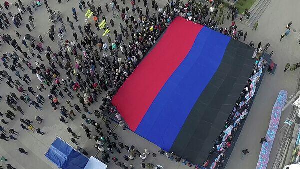 Жители Донецка держат гигантский флаг ДНР. Архивное фото