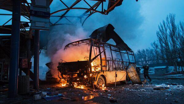Последствия обстрела автостанции в Донецке. Архивное фото