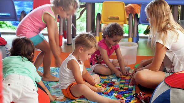 Дети играют в детском саду. Архивное фото