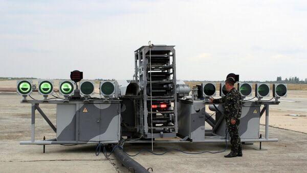 Военнослужащий производит настройку учебного комплекса палубной авиации Нитка. Архивное фото