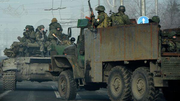 Ополченцы едут на бронетехнике по улице в Донецке, Украина. 15 февраля 2015