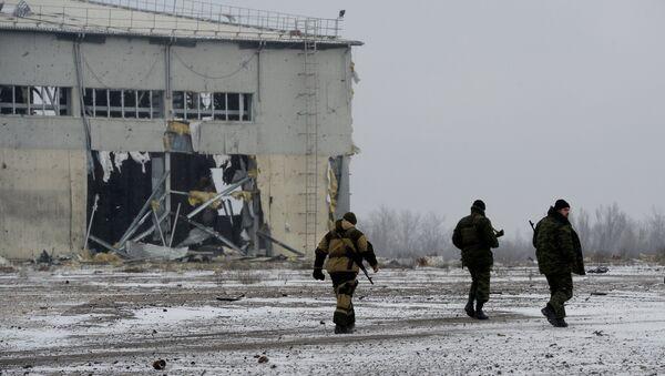 Ополченцы Донецкой народной республики (ДНР) у разрушенного в результате обстрела здания в аэропорту города Донецка. Архивное фото