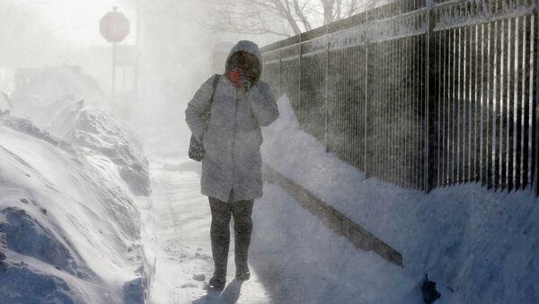 Женщина на одной из улиц Бостона во время метели. Архивное фото