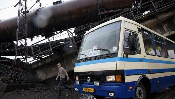 Разрушенный железнодорожный мост в 20км от Донецка. Архивное фото