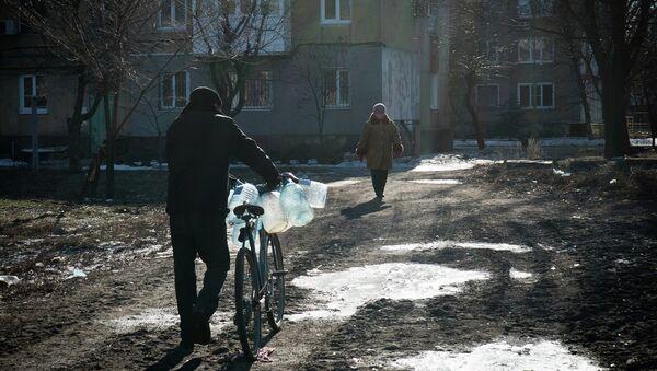 Житель Донецка с бутылками для воды. Архивное фото
