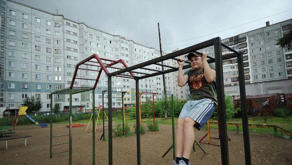 Подросток подтягивается на брусьях в одном из дворов в Архангельске
