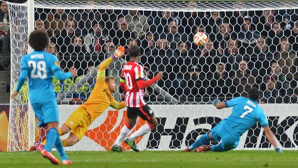 Игрок Зенита Халк забивает гол в ворота ПСВ в матче 1/16 финала Лиги Европы УЕФА 2014/15