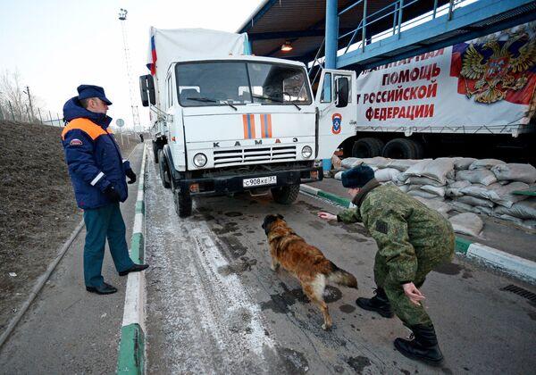 Грузовой автомобиль с российской гуманитарной помощью для жителей Донбасса на КПП Донецк в Ростовской области