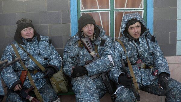 Ополченцы Луганской народной республики (ЛНР) отдыхают перед боевым выходом в Чернухино. Архивное фото