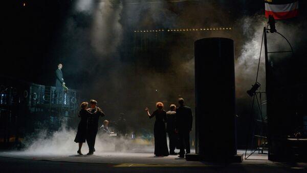 Сцена из спектакля Корабль дураков в театре имени Моссовета