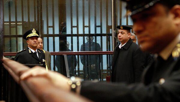 Экс-глава правительства Египта Ахмед Назиф и бывший министр внутренних дел Хабиб аль-Адли в суде. 24 февраля 2015