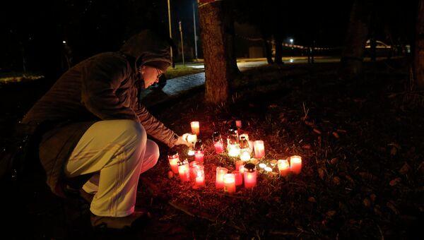 Свечи в память о погибших в результате стрельбы в ресторане города Угерский Брод в Чехии. Архивное фото