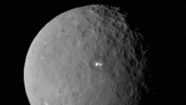 На этой фотографии с зонда Dawn можно увидеть загадочные белые пятна и их «темных» кузенов