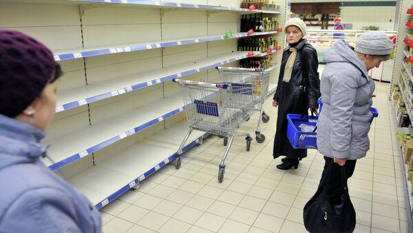 Покупатели в одном из сетевых магазинов Львова