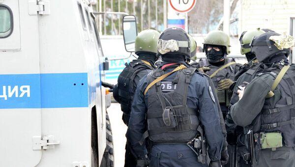 Сотрудники полиции на месте стрельбы в Омске
