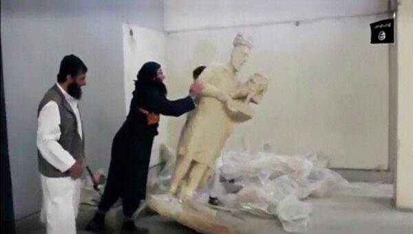 Боевики ИГ разрушают скульптуру в иракском музее