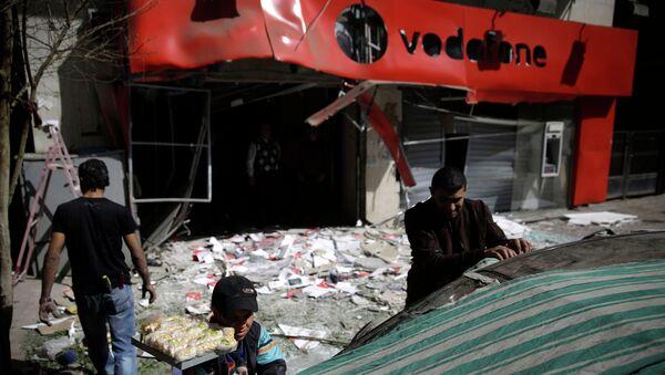 Место взрыва у офиса британской компании мобильной связи Vodafone в Каире. 26 февраля 2015