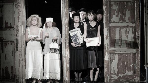 Сцена из спектакля Самоубийцы театра Студия театрального искусства