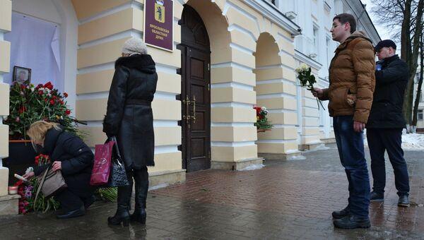 Жители возлагают цветы к зданию Ярославской думы, где работал российский политик Борис Немцов. Архивное фото