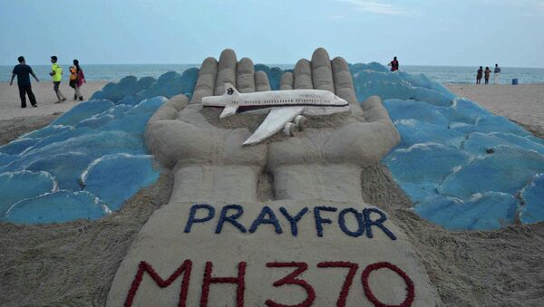 Песчаная скульптура индийского художника Сударсана Паттанайка, посвященная пропавшему рейсу MH370 авиакомпании Malaysia Airlines