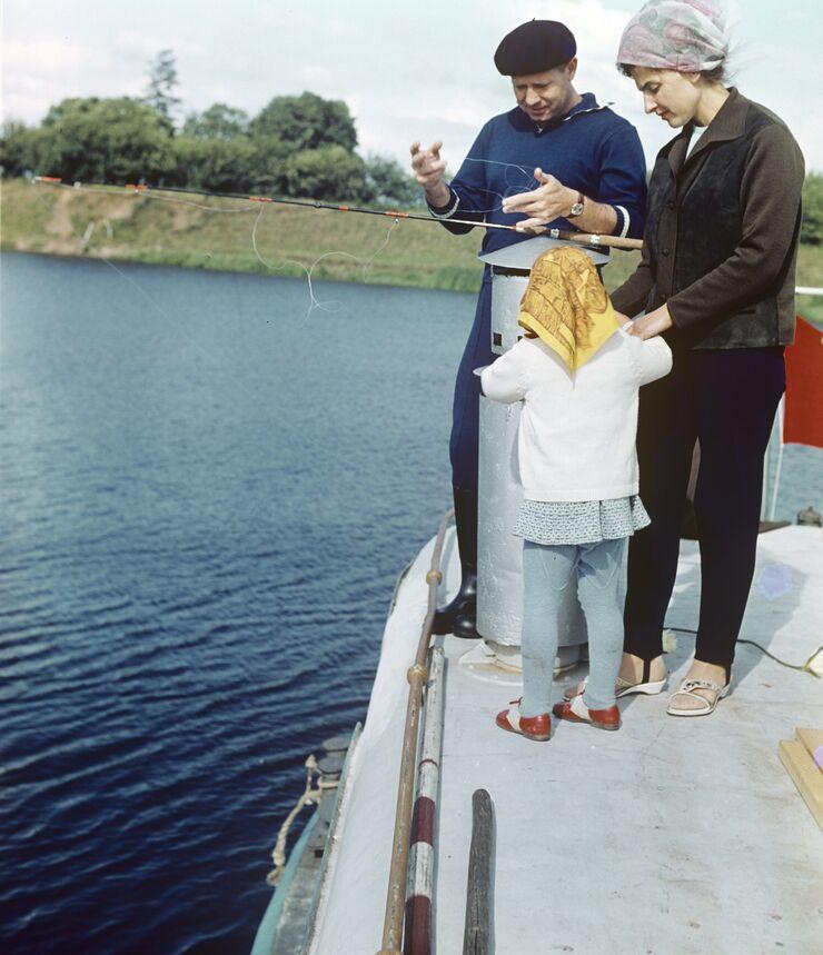 Летчик-космонавт Алексей Леонов с женой Светланой и дочкой Викой на рыбалке. 1966 год
