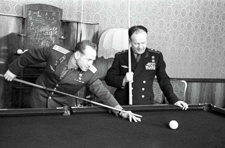 Космонавт Алексей Леонов и генерал-лейтенант Николай Каманин играют в бильярд. 1965 год