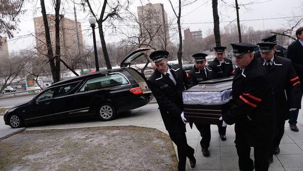 Сотрудники ритуальной службы перенсоят гроб Бориса Немцова у Сахаровского центра