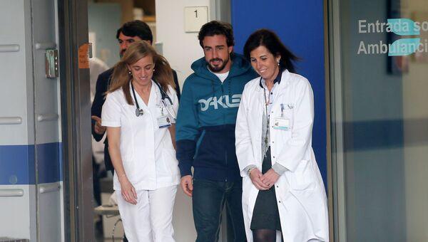 Гонщик Фернандо Алонсо покидает больницу, в которую он был госпитализирован после аварии. 25 февраля 2015