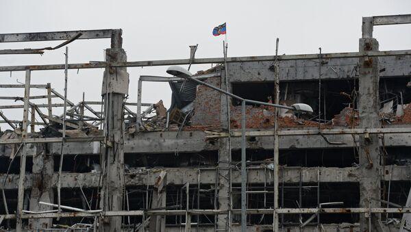 Флаг Донецкой народной республики (ДНР) над разрушенным зданием аэропорта города Донецка. Архивное фото