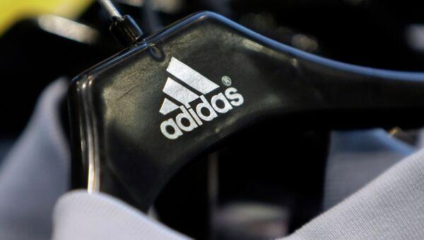Вешалка с логотипом компании Adidas. Архивное фото